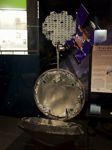 Capsule de retour d'échantillon de Stardust exposée au National Air & Space Museum (Personnel - zeqL)