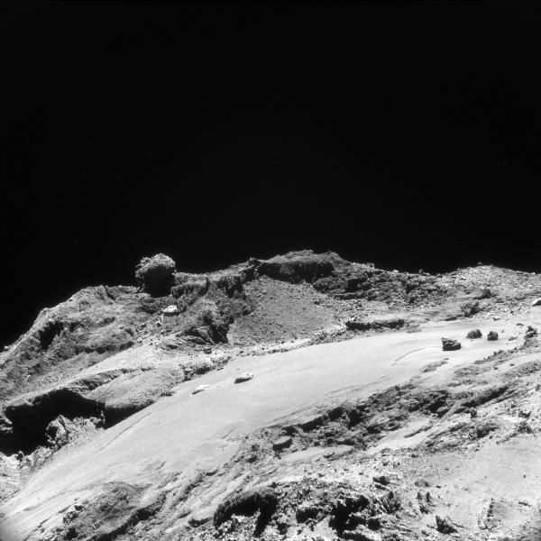 Plaine de la région d'Imhotep. En arrière plan, la région beaucoup plus accidentée de Khepry. L'image a été prise le 19 mars 2016 à 12 km de distance et fait 1,1km de côté. Sur l'image haute résolution (voir crédits), chaque pixel fait donc 1 m.