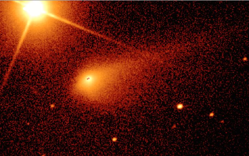 Au centre, la comète, en haut à gauche, le Soleil. Les deux marques rouges situent le noyau de Tchouri et Rosetta, alors à 1500 kilomètres du noyau. L'image fait 270000 par 170000 km.