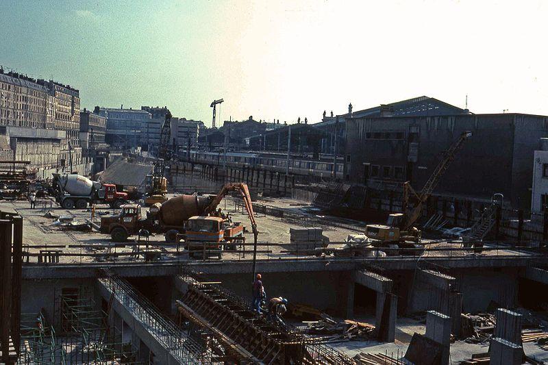 Gare souterraine en construction en 1979 - Téléversé sur Wikipédia par Smiley.toerist sous licence CC BY-SA 3.0