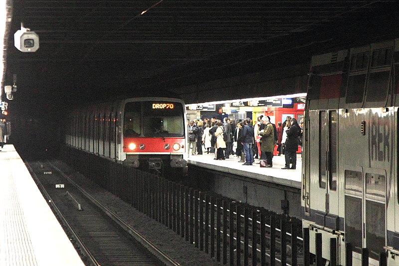 Le premier train n'a pas quitté entièrement Auber que le deuxième arrive déjà - Téléversé sur Wikipédia par Cramos78 sous licence CC BY-SA 3.0